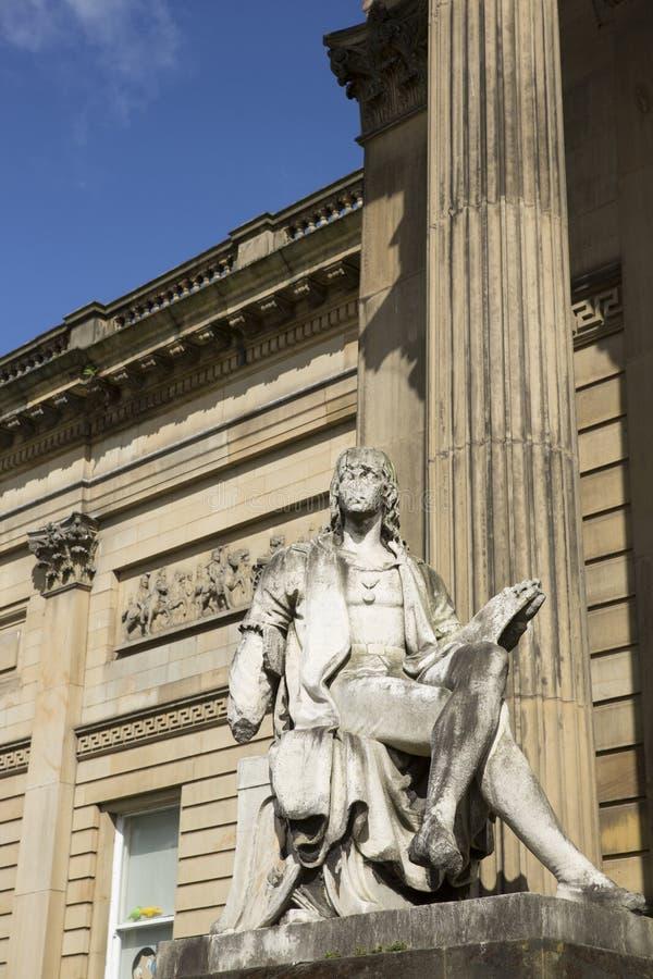 Liverpool Merseyside Juni 2014, installerade den yttre sikten av statyn av Raphael av John Warrington Wood 1877 och royaltyfri fotografi