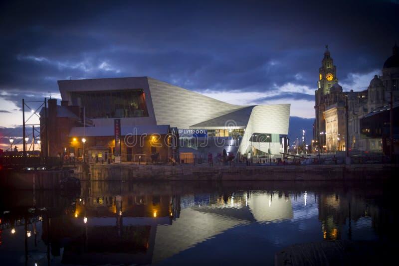 Liverpool på skymning arkivbild