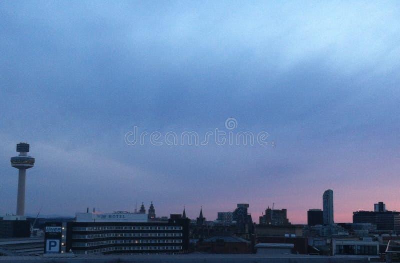 Liverpool por noche foto de archivo