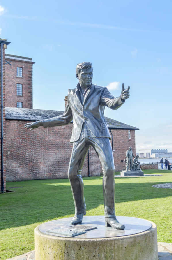 Liverpool, Reino Unido - 3 de abril de 2015 - escultura de Billy Fury em Albert Dock foto de stock royalty free