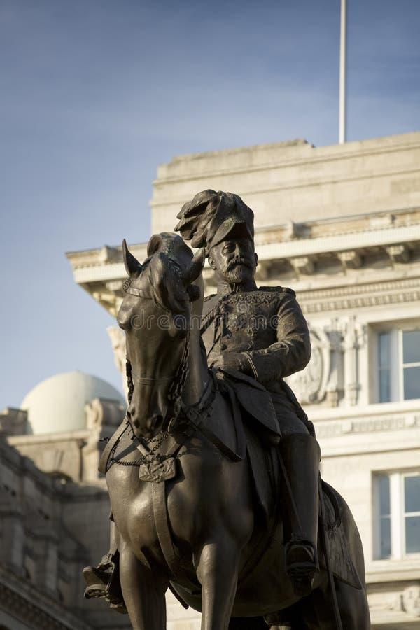 Liverpool, Reino Unido, o 24 de junho de 2014, monumento do rei Edward VII e estátua fora do fígado real famoso que constrói o imagem de stock royalty free