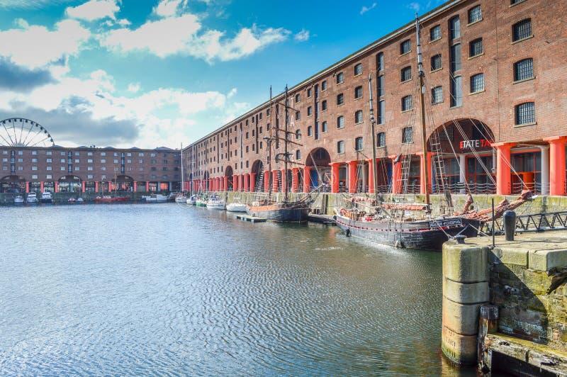 Liverpool, UK - 03 April 2015 - Albert Dock sikt med fartyg och Echo Eye av Liverpool arkivfoton