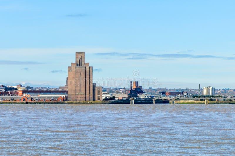 Liverpool UK - 03 April 2015 - sikt av Birkenhead horisont över den Mersey floden royaltyfria bilder