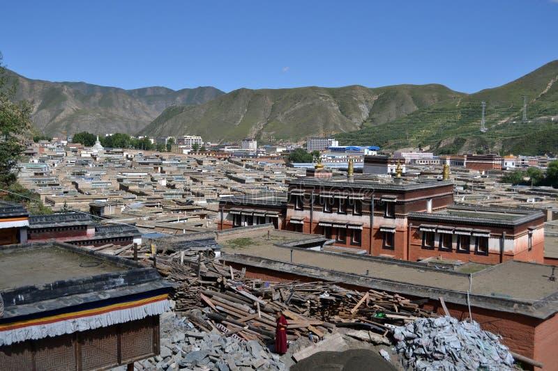 Livet runt om Labrang i Xiahe, Amdo Tibet, Kina Denna munk s royaltyfri foto