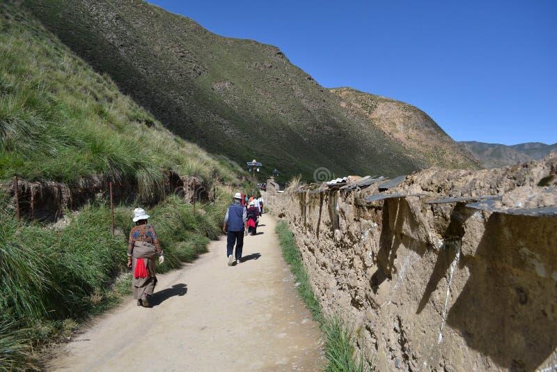 Livet runt om Labrang i Xiahe, Amdo Tibet, Kina Vallfärdar ar royaltyfri bild