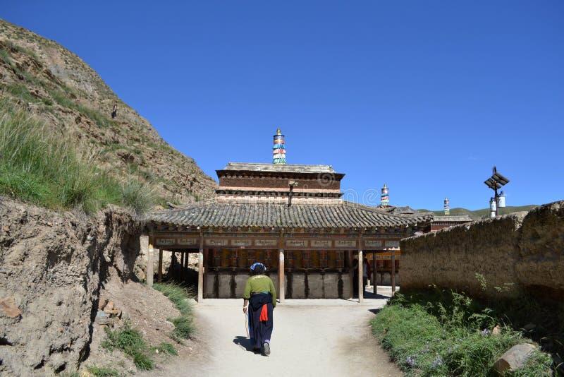 Livet runt om Labrang i Xiahe, Amdo Tibet, Kina Vallfärdar ar arkivfoto