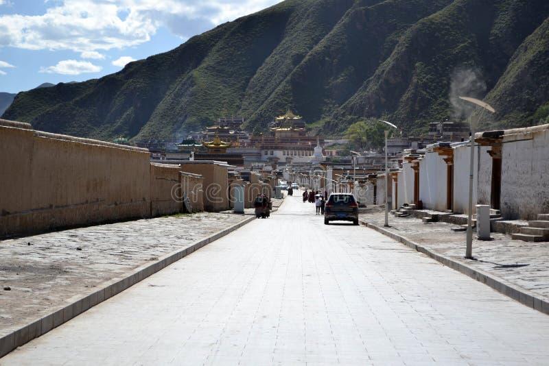 Livet runt om Labrang i Xiahe, Amdo Tibet, Kina Vallfärdar ar arkivbild
