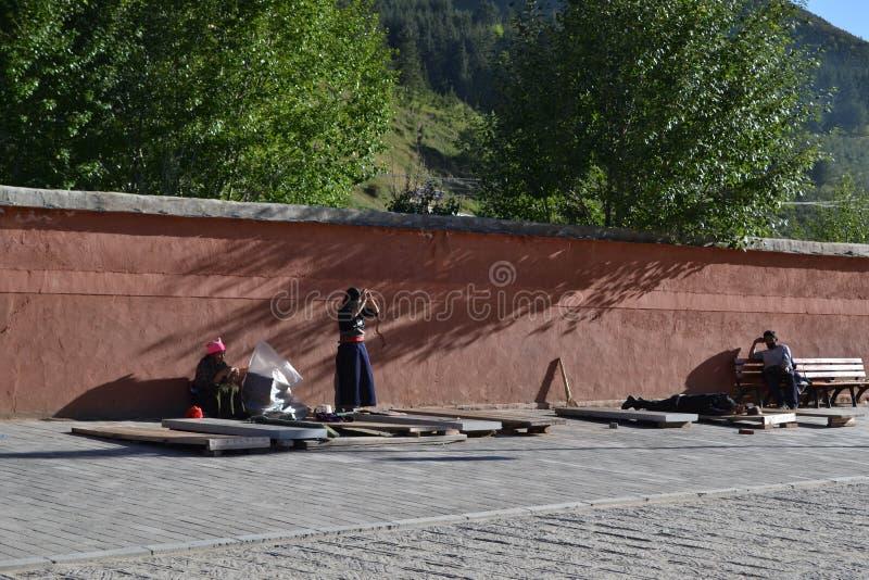 Livet runt om Labrang i Xiahe, Amdo Tibet, Kina Vallfärdar ar royaltyfria bilder