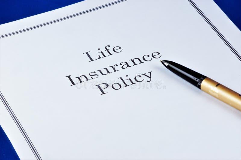 Livförsäkringpolitik, ger finansiell välbefinnande av familjen i olika livlägen Personligt dokument för försäkringpolitik royaltyfri bild