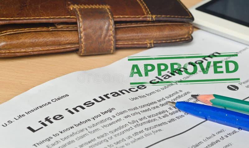 Livförsäkringreklamationsform på en träyttersida royaltyfri bild