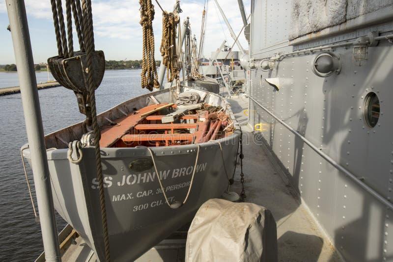 Livfartyg på däck av USS John W brunt arkivbilder