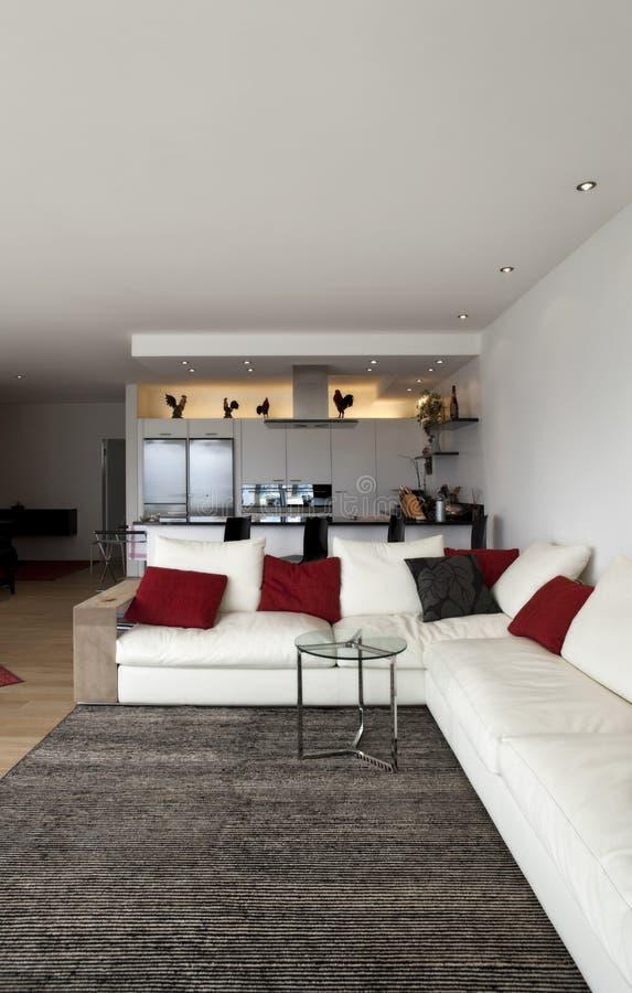 Livingroom vit lång divan arkivbilder