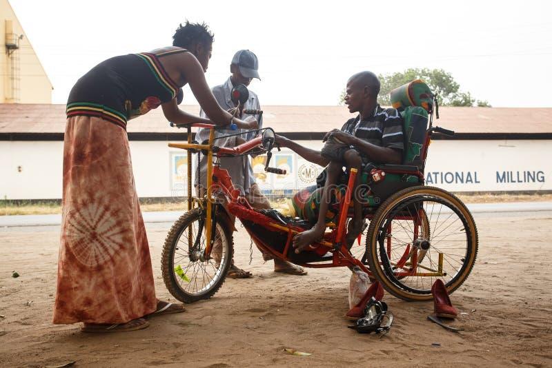 LIVINGSTONE - 14 DE OCTUBRE DE 2013: Hombre discapacitado local con un adapte fotografía de archivo