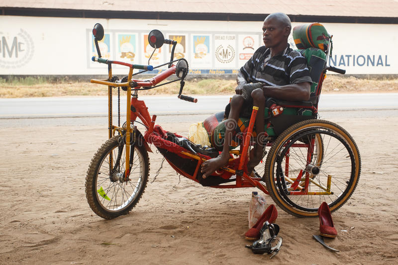 LIVINGSTONE - 14 DE OUTUBRO DE 2013: Homem deficiente do Local com um adapte imagens de stock