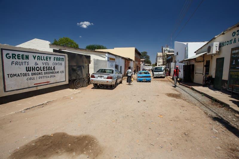 LIVINGSTONE - OKTOBER 14 2013: Lokalt folk i nollan för stadmitt arkivbild