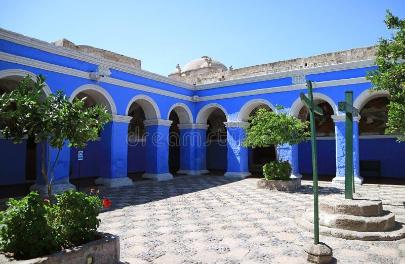 Livlig blåttbåge i kloster av Santa Catalina Saint Catherine Monastery, Arequipa, Peru royaltyfri bild