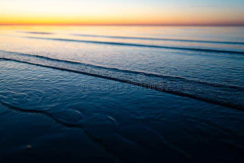Livlig fantastisk solnedgång i baltiska stater - skymning i havet med horisonten exponerar vid solen arkivbilder