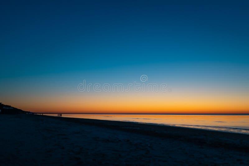 Livlig fantastisk solnedgång i baltiska stater - skymning i havet med horisonten exponerar vid solen arkivfoton