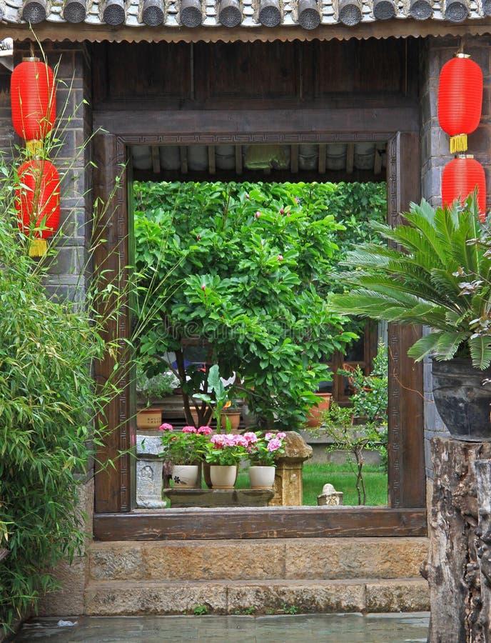 Livlig ingång till trädgården i Lijiang, Kina arkivbild