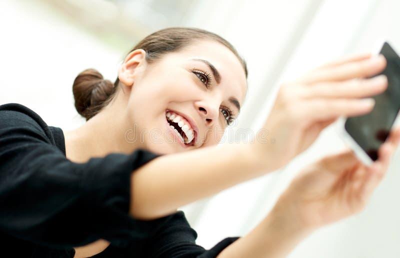 Livlig kvinna som tar henne selfie royaltyfri fotografi