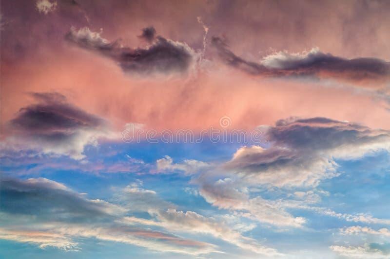 Livlig molnig solnedgånghimmel royaltyfria bilder