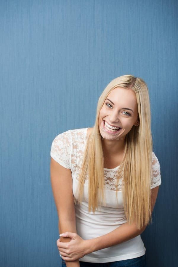 Livlig skämtsam student för ung kvinna fotografering för bildbyråer