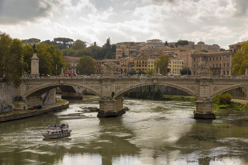 Livlig solnedgång över floden Tiber och Sts Peter basilika royaltyfria bilder