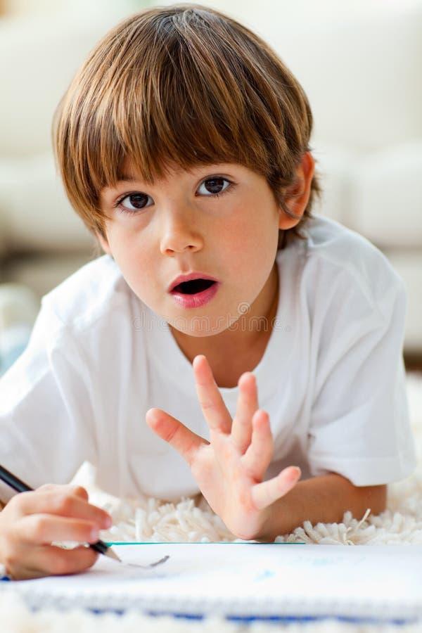 livligt pojketeckningsgolv little som ligger arkivfoto