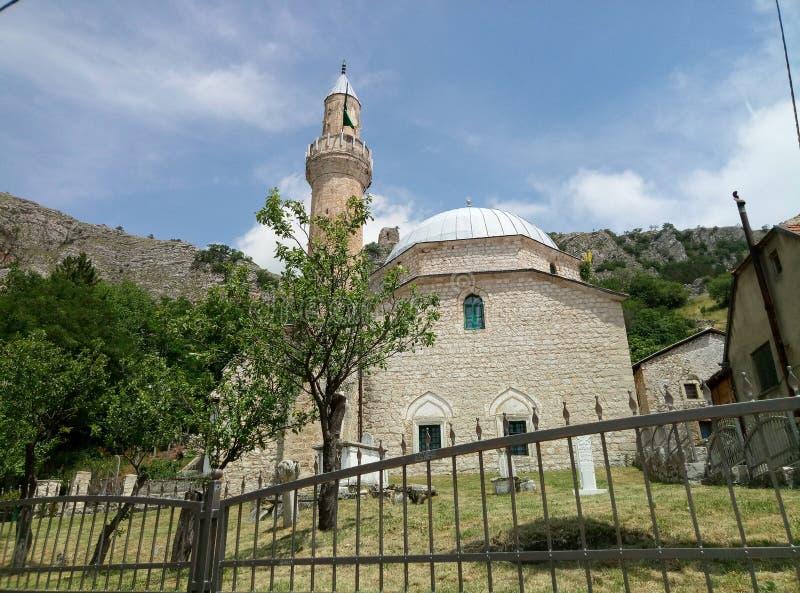 Livno/Bosnien och Hercegovina - Juni 28 2017: En sikt av en moské och en gammal muslim som är cementary i Livno royaltyfri bild