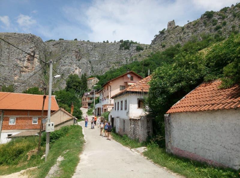 Livno/Bosnien och Hercegovina - Juni 28 2017: En sikt av en typisk gata i Livno Berg, hus och en landsväg royaltyfria bilder