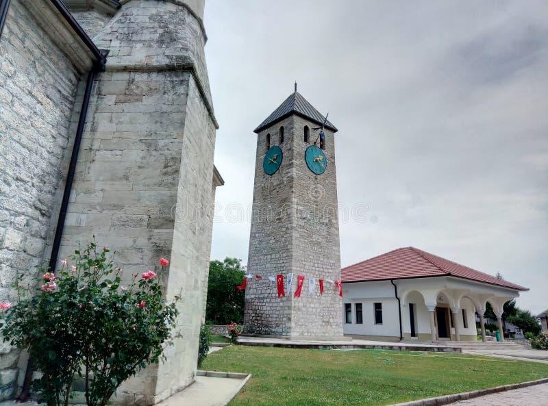 Livno/Bosnien och Hercegovina - Juni 28 2017: En watchtower på territoriet av en moské i Livno royaltyfria bilder