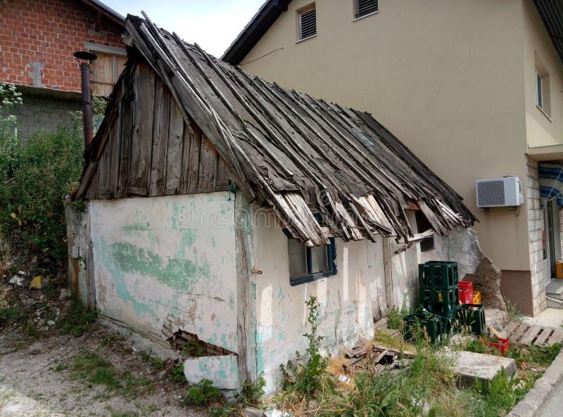 Livno/Bosnien und Herzegowina - 28. Juni 2017: Ein kleines Haus des alten hölzernen Dachs in Livno lizenzfreie stockbilder