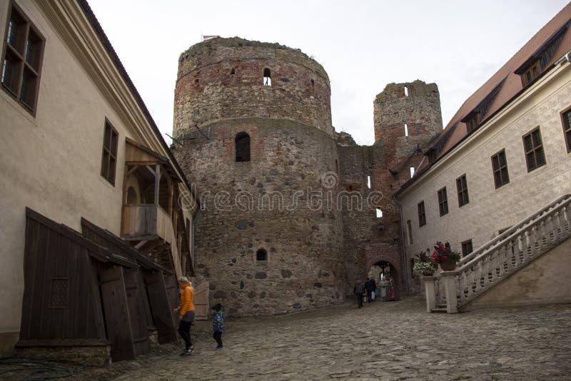 Livonia rozkazu kasztel budował po środku 15 wiek Bauska Latvia w jesieni fotografia royalty free