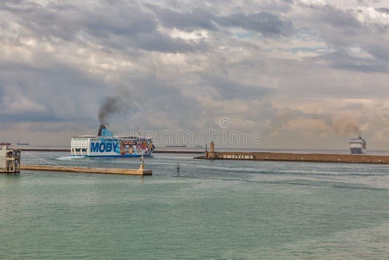 Livorno hamn i gryningen, Italien royaltyfri bild