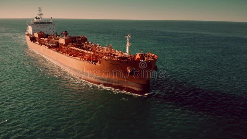 LIVORNO, ITALIA - 2 GENNAIO 2019 Vista aerea della petroliera di Stolt Alm che si muove in mare fotografie stock