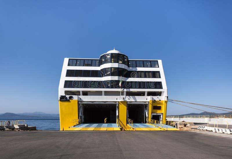 LIVOURNE, ITALIE - 1ER JUILLET 2018 : Le travailleur à l'entrée du méga de la Corse Frerries expriment quatre en port de Livourne image stock