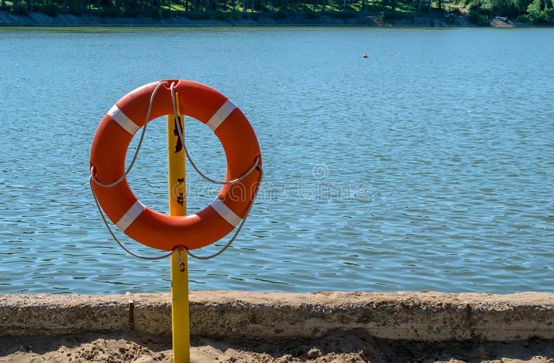 Livpreserver på kusten av sjön som räddar drunkning royaltyfria foton