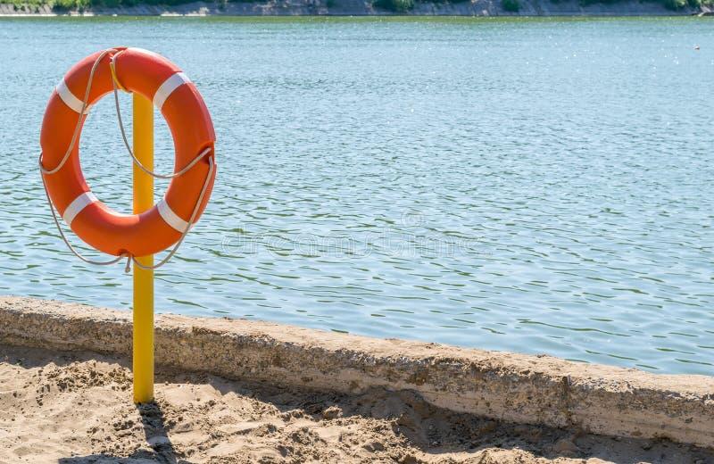 Livpreserver på kusten av sjön som räddar drunkning royaltyfri bild