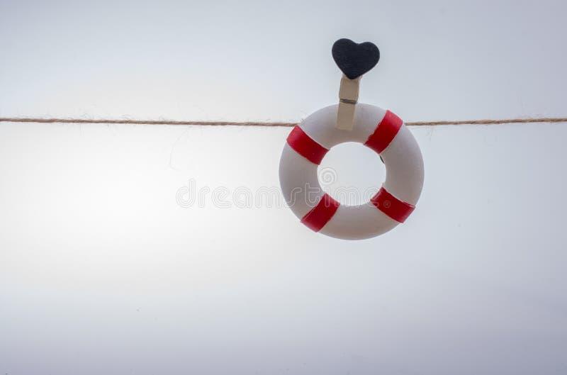Livpreserver som fästas till en rad med hjärta arkivfoton