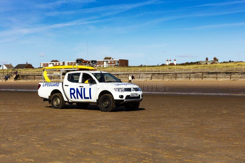 Livräddare åker lastbil på en strand nära Liverpool, England arkivfoton