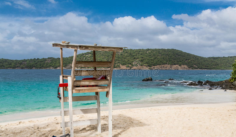Livräddare Chair på vita Sandy Beach arkivfoto