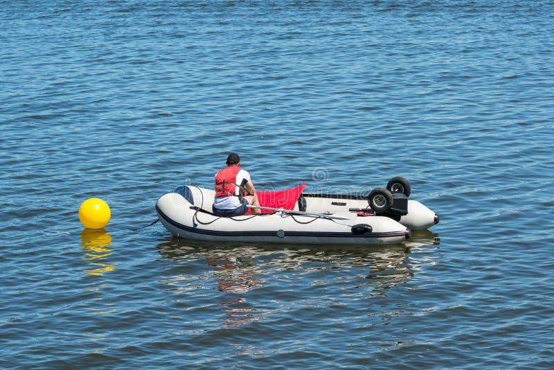 Livräddare i ett uppblåsbart räddningsaktionfartyg arkivfoto