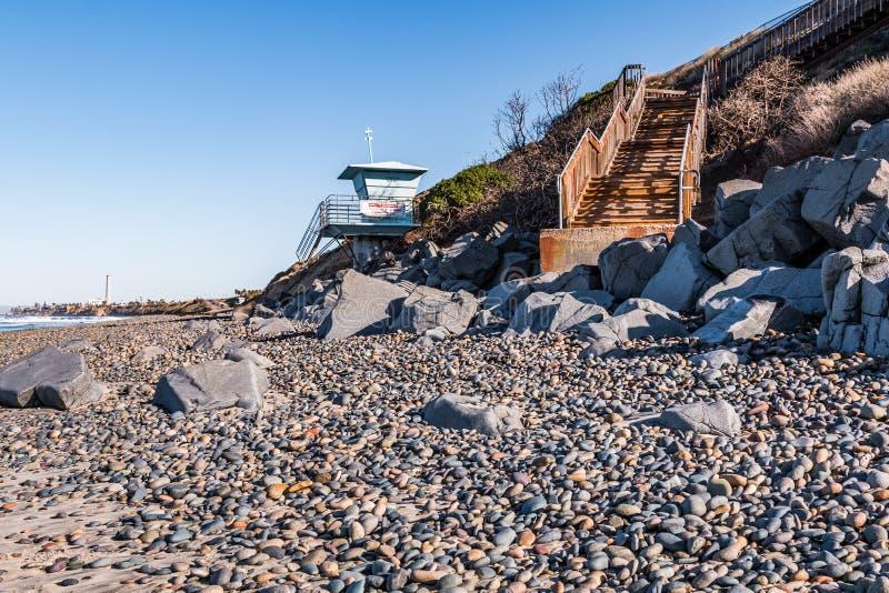 Livräddare Tower med trappuppgången för strandtillträde på den södra Carlsbad statliga stranden royaltyfri foto