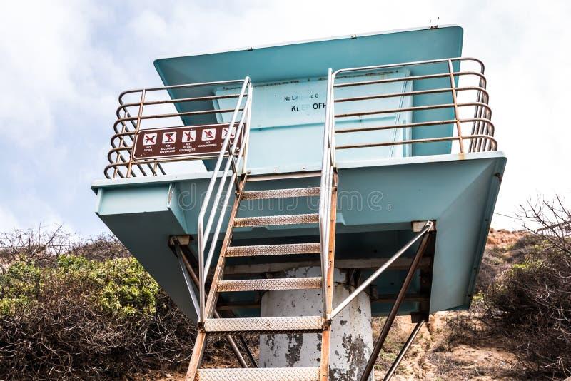 Livräddare Tower på den södra Carlsbad statliga stranden fotografering för bildbyråer
