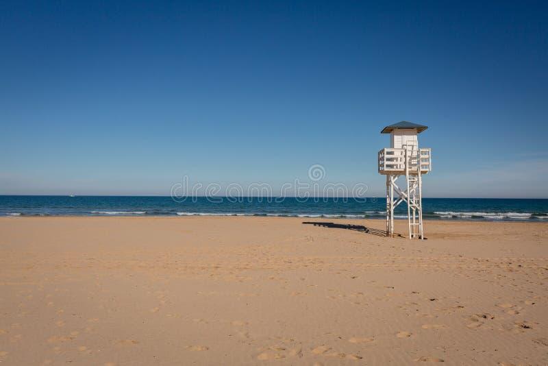 Livräddareklockatorn på den tomma stranden fotografering för bildbyråer