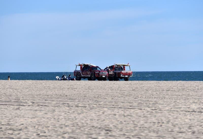 Livräddarelastbilar på Huntington Beach royaltyfria foton