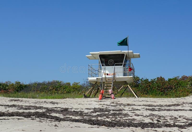 Livräddarestationen på peppar parkerar stranden i Ft Tränga igenom Florida på den Hutchinson ön arkivfoton