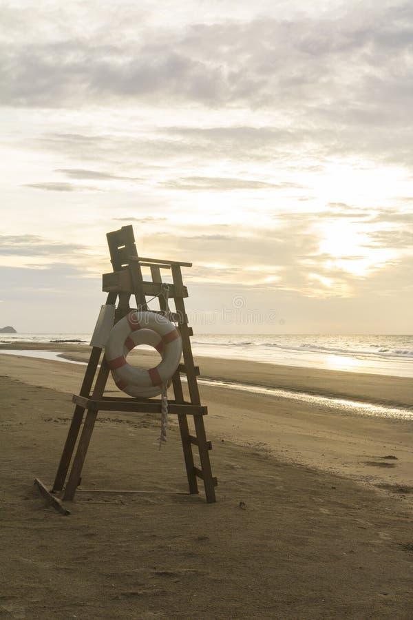 Livräddarestol på en tom strand royaltyfria bilder