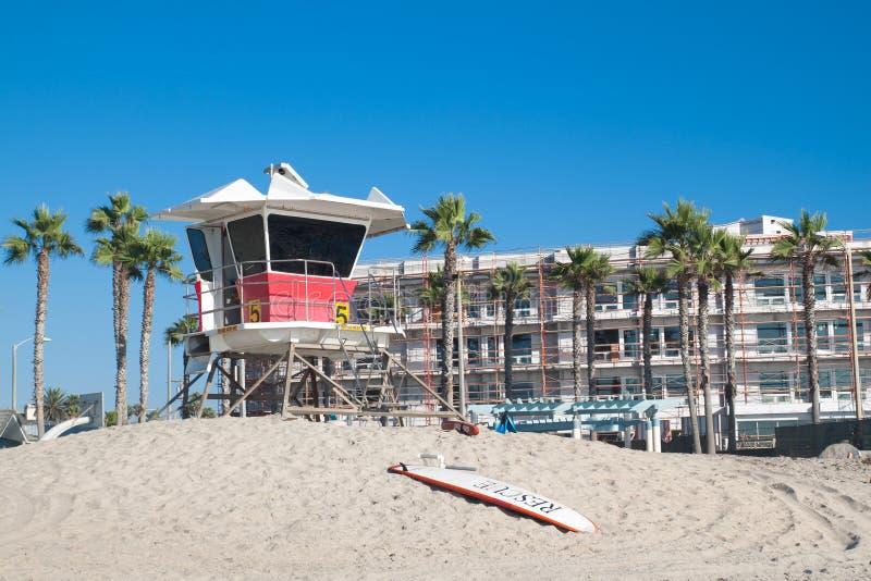Livräddaretorn på den Kalifornien stranden arkivbilder