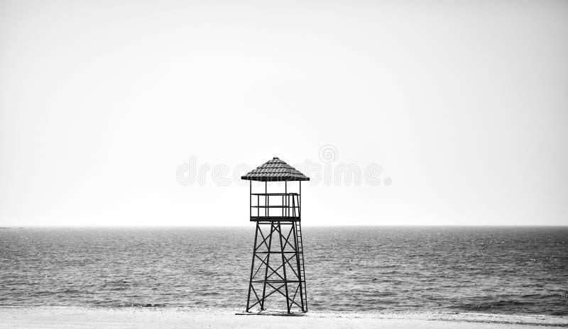 Livräddaretorn på en tom strand arkivbild